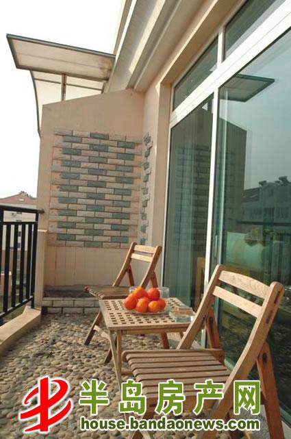 阳台地面装修材料主要以鹅卵石,地砖,瓷片和木质材料为主.
